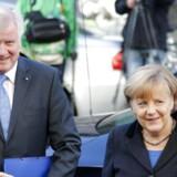 CSUs formand, Horst Seehofer, ser ud til at få en plan om en motorvejsafgift for udenlandske bilister skrevet ind i det tyske regeringsgrundlag, men ingen har endnuforklaret, hvordanen sådan model skal skrues sammen. Imens er der kritik af CDUs formand, Angela Merkel, fra egne rækker. Foto:REUTERS/Fabrizio Bensch.