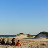 Her bliver Søren og Eddy samt de fire filippinske søfolk samlet op på stranden efter 838 dages fangenskab hos somaliske pirater. Omkring sidder danske frømænd, som skal sikre danskerne ud på fregatten Iver Huitfeldt.