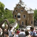 """I Barcelona er et af Antoni Gaudís tidlige arbejder på listen. Güell Parken, hvor pavillonen skal restaureres og parkens strukturer er slidt og kræver genopbygning. Der er allerede plan for parkens restaurering, og det spanske undervisningsministerium har bevilget penge til at renovere taget på pavillonen. Men der er behov for flere ressourcer for at gennemføre hele planen, fastslås i """"Watch List 2014"""""""