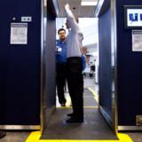Her demonstrerer en ansat fra det amerikanske Transportation Security Administration en body scanner i Logan Airport i Boston, Massachusetts, USA.