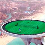 Tennislegende Andre Agassi spiller venskabskamp mod Roger Federer på en af verdens mest unikke tennisbaner, helikopterplatformen på det berømte hotel Burj Al Arab i Dubai i 2005.