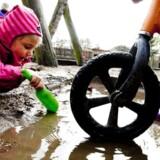 ARKIVFOTO. Der skal flere penge på bordet, hvis man vil have passet sine børn i danske vuggestuer eller børnehaver.