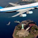 Obamas præsidentfly, Air Force One, flyver over New York.