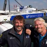 Ejer af Virgin Airlines, Sir Richard Branson og første-styrmanden Chris Welsh viser stolt den færdigbyggede ubåd Virgin Oceanic frem.