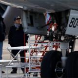 En teknisk rådgiver fra de amerikanske luftfarts-myndigheder, Federal Aviation Administration, inspicerer et Boeing-787 Dreamliner-fly, der nødlandede i Takamatsu i Japan 18. januar i år.