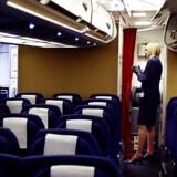 Stewardesse om bord på et SAS passagerfly. arkiv