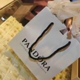 Det overrasker analytikerne, at Pandora starter et aktietilbagekøbsprogram for 2,1 milliarder kroner.