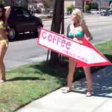 Sådan lokkes kunderne til at købe kaffe på Bikini Espresso cafe, Los Angeles.