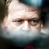 Venstres formand Lars Løkke Rasmussen fanget i mængden af fotografer og journalister efter fredagens afhøring i skattesagen.