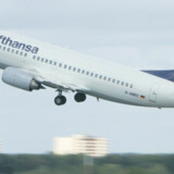 Lufthansa har netop solgt flybilletter til Kina for under 3.000 kr. Det har Kenneth Karskov fra pris-søgemaskinen viviro.com aldrig set billigere. I Danmark er flypriserne dumpet ned på rekordlavt niveau.