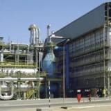 På billedet ses det store ammoniakanlæg syd for hovedstaden i Oman, Muscat, hvor der foregår produktion af flydende gødning til landbruget ved hjælp af naturgas. Haldor Topsøe har leveret vitale dele til anlægget fra procesdesign til katalysatorer, der fjerner svovl og gør processen så energieffektiv som muligt. Anlægget er allerede i drift.