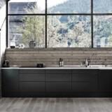 Det sorte køkken er ikke for alle, men tilføjer noget smukt og skulpturelt til rummet som her med Unika Eg i sort fra Tvis Køkkener.
