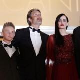 """Nanna Øland Fabricius også kaldet Oh Land, skuespiller Toke Lars Bjarke, Mads Mikkelsen, Eva Green og instruktøren Kristian Levring, og ankommer til gallascreeningen af """"The Salvation"""" i Cannes: Foto: EPA/SEBASTIEN NOGIER"""