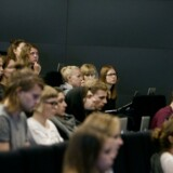 ARKIVFOTO. Fra 2017 må studenter med en karakter under seks i gennemsnit fra gymnasiet finde et andet sted at læse end på Københavns Universitet. Her forelæsning i dansk på Institut for nordiske studier og sprogvidenskab, Københavns Universitet Amager.