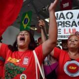 Tilhængere af tidligere præsident Lula har fra morgenstunden fredag samlet sig foran metalarbejdernes fagforeningsbygning i São Paulo. Der frygtes store uroligheder, hvis Lula senere i dag anholdes. Scanpix/Miguel Schincariol