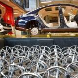 Mercedes-producenten Daimler er en af fem tyske bilkoncerner, der er under mistanke for ulovlig karteldannelse. Skandalerne i tysk bilindustri kaster lange skygger over regeringen i Berlin.