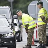 EU forlanger, at den midlertidige kontrol ved Danmarks grænser droppes. Danske politikere hugger hælene i. På fotografiet ses grænsekontrollen ved Kruså.