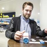 Tommy Otzen fra den danske iværksættervirksomhed Kubo Robot der vil lære små børn at programmere med en ny minirobot. her fotograferet i Kastrup Lufthavn hvor de er på vej til England for at præsentere deres robot.