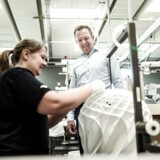 Søren Mygind Eskildsen, adm. direktør i Louis Poulsen, glæder sig til en ny ejer af virksomheden. Her ses han på Louis Poulsen-fabrikken i Vejen, hvor montrice Malene Jepsen er i gang med at samle en Patera-lampe.