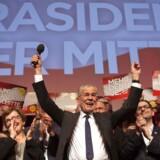 Østrigs kommende præsident, den uafhængige Alexander Van der Bellen, fejrer sejren med sin tilhængere i Wien søndag. Højre-kandidaten Norbert Hofer har lykønsket, selvom det endelige stemmetal ikke er officielt.