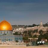 Donald Trump vil flytte den amerikanske ambassade i Israel fra Tel Aviv til Jerusalem. Beslutningen er kontroversiel, da de fleste internationale samfund har undgået at have deres ambasadde i den Hellige By, som både palistinænsere og israeler påberåber sig som hovedstad. En ambassade i Jerusalem kan tolkes som støtte til Israels ønske om at gøre byen til deres eksklusive hovedstad.