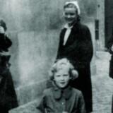 Prinsesse Margrethe er kommet ud for at hilse på de danske frihedskæmpere, efter at Slotsholms-Detachementet (en afdeling under Modstandsbevægelsen) havde overtaget vagten på Amalienborg. Foto fra bogen.
