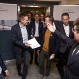 Beskæftigelsesminister Brian Mikkelsen (th) og økonomi- og indenrigsminister Simon Emil Ammitzbøll (tv) holder et kort pressemøde sammen med DF og de Radikale efter de afsluttende politiske forhandlinger om erhvervs- og iværksætterpakken søndag den 12. november 2017 i Beskæftigelsesministeriet. . (Foto: Uffe Weng/Scanpix 2017)