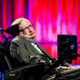Stephen Hawking fangede publikum i DRs koncertsal med sin metalliske stemme, lidt indlagt humor samt med sin dybe fascination af universets ekstreme sorte huller. (Foto: Ólafur Steinar Gestsson/Scanpix 2016)