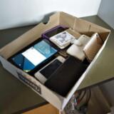 På nogle skoler skal eleverne aflevere deres mobiltelefoner i en kasse, når skolen eller timen begynder. Her mobiltelefoner i et skab på Grenå Skole.