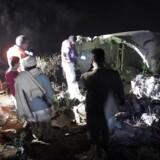 Pakistanske soldater og frivillige ledte natten igennem efter overlevende i vragresterne fra fly PK 661, der styrtede ned i Abbottabad onsdag.
