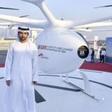 Dubais kronprins Sheikh Hamdan bin Mohammed bin Rashid al Maktoum foran den første dronetaxa, Autonomous Air Taxi, i ørkenbyen Dubai.
