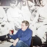 En skål i øllets hellige haller: For 170 år siden blev Carlsberg grundlagt i Valby, men nu er det kun specialøl-direktør Paul Davies' mikrobryggeri Jacobsen – opkaldt efter Carlsberg-grundlæggeren – der sørger for at gøre korn og gær drikkelig på stedet. Resten af kæmpebryggeriets danske produktion foregår i Fredericia. Foto: Asger Ladefoged