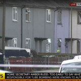 Her er gaden, som politiet raider i Sunbury-on-Thames. Det er et meget britisk rækkehuskvarter med grå og kedelige huse. Screengrab fra Sky News.
