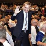 Kristian Thulesen Dahl er manden i midten på Dansk Folekpartis landsmøde i Herning. Han møder stor opbakning til sin politik, mens Anders Samuelsen udpeges som hovedskurk for øjeblikkets krise i blå blok. Fot: Henning Bagger / Scanpix