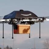 Nej, dette er ikke det nye »Amazon One«-fragtfly men derimod en af de droner, som internetgiganten siden 2013 har testet udbringning af pakker med. 14. december i år blev de første pakker leveret med de flyvende tingester. Det skete ifølge topchef Jeff Bezos i Cambridge i England. Arkivfoto: Amazon/AFP/Scanpix