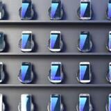 Android-telefonerne fortsætter med at sætte sig på mobilmarkedet. Samsung har haft stor succes med sine anmelderroste Galaxy S7-telefoner, som også kører med Android. Her en butik i OL-byen Rio de Janeiro. Arkivfoto: Kirill Kudryavtsev, AFP/Scanpix
