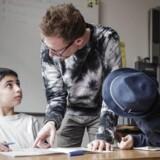 Arkivfoto: To gange om ugen sætter frivillige læsevenner sig til rette sammen med elever i modtageklasserne i Struer Kommune.