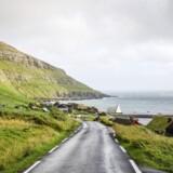 Vej ved den færøske by Kirkjubour.