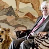 Jørgen Mads Clausen, bestyrelsesformand, Danfoss. Han er søn af Danfoss' grundlægger Mads Clausen. Jørgen på sin fars gamle kontor på Danfoss, der har stået uberørt i næsten 40 år, men nu har Jørgen taget det i brug. Løven har faderen skudt og stolen er ligeledes lavet af et af faderens jagttrofæer. Arkivfoto: Bax Lindhardt