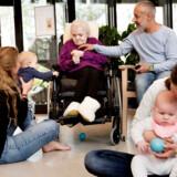 Hvordan kan et plejehjem åbne sig op? I Valbylanggades Hus kommer der hver torsdag babyer på besøg til rytmik. Her er Inger kommet for at se på.