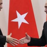 Den tyrkiske præsident Erdogan giver hånd til Ruslands præsident Putin. De to lande har indgået aftale om, at Tyrkiet købet et missilforsvarssystem af Rusland.