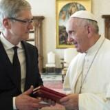 Pave Frans ser meget af den moderne teknologi som »en gave fra Gud«, fortalte han Apples topchef, Tim Cook, der i fredags var på besøg i Vatikanet. Arkivfoto: EPA/Osservatore Romano/Scanpix