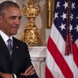 USAs snart forhenværende præsident lytter til sin vicepræsident Joe Biden under medaljeoverrækkelsen torsdag 12. januar. Her modtog Joe Biden en hyldest for sin indsats i Det Hvide Hus.