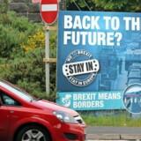 En valgplakat nær den usynlige grænse mellem Irland og Nordirland opfordrede sidste år til at blive i EU. Foto: Paul Faith/AFP
