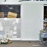Blomster foran supermarkedet Hyper Cacher to år efter terrorangrebet imod det og Charlie Hebdo i Paris, hvor 17 blev dræbt. Foto: AFP