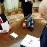 Den amerikanske præsident Donald Trump underskriver skattereformen, der sænker selskabsskatten i USA fra 35 pct. til 21 pct., og bliver ifølge danske socialdemokrater symbolet på skatteræset mod bunden, hvor land efter land sænker selskabsskatten.