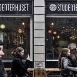 Internationale forskere fra lande uden for EU er blevet så bange for udlændingereglerne, at de af frygt for at blive idømt bøder, blive ramt på arbejdstilladelsen eller ligefrem truet med udvisning ikke tør holde oplæg for studerende uden for deres arbejdstid.