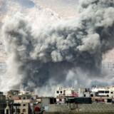 En røgsky hæver sig i bydelen Jobar i udkanten af den syriske hovedstad, Damaskus. Det syriske regime svarer igen efter oppositionen søndag rettede et overraskelsesangreb mod hovedstaden.