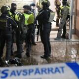 Efter skuddrab i boligforening i Malmø trænger politiet ind i en ejendom og anholder to mænd.