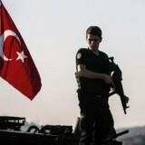 Tyrkisk politi holder vagt ved en kampvogn ved Bosperusstrædet efter fredag aftens kupforsøg